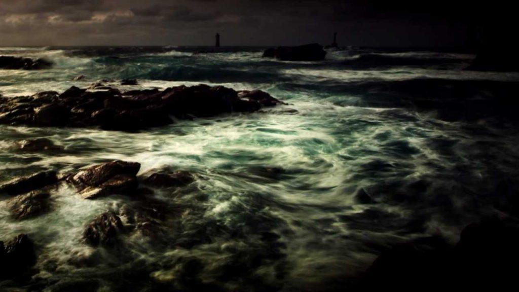 океан с чёрной водой