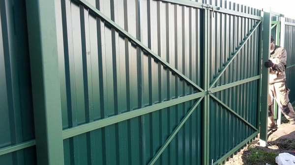 Ворота из профтрубы с элементами ковки