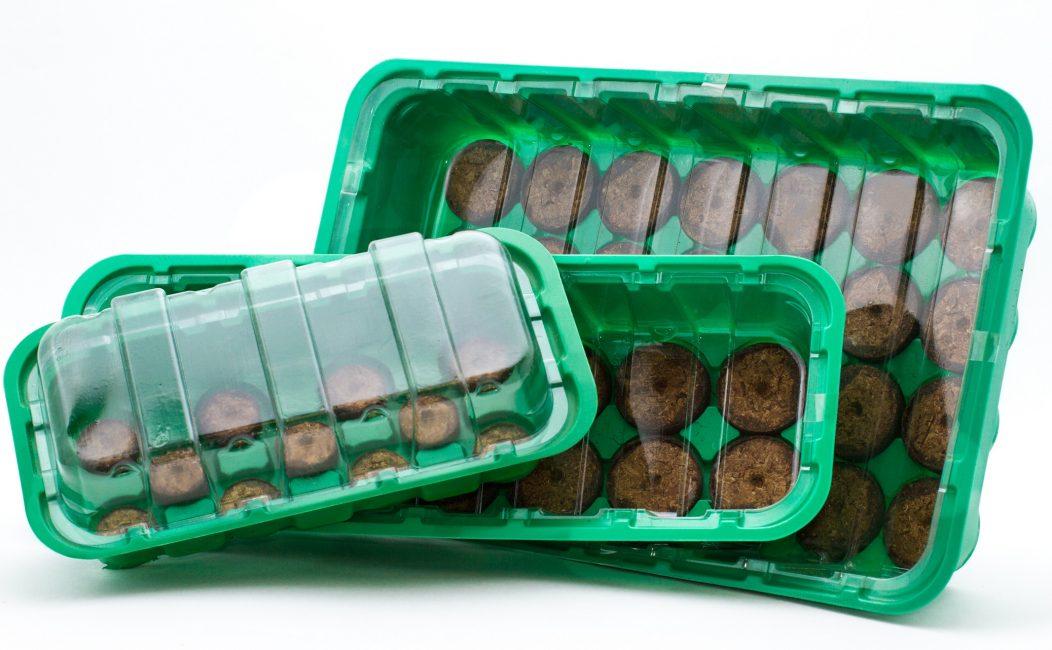 Практически всегда рассада при выращивании требует условий повышенной влажности и температуры, поэтому вместе с торфяными таблетками необходимо использовать мини-парник.