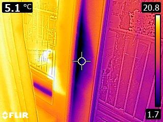 Warmtefoto balkondeur die tocht laat zien