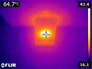 Infraroodfoto waarin het verschil in warmte uitstraling wordt weergegeven bij een halogeenlamp
