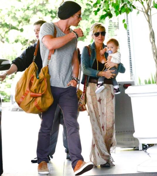 Крис Хемсворт с женой и дочкой
