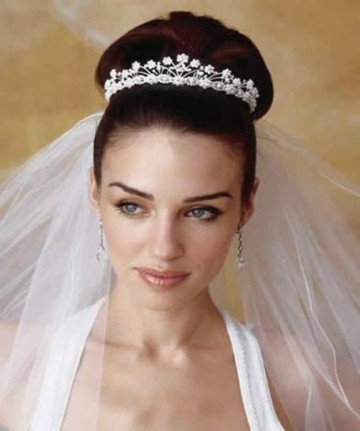 Свадебная прическа бабетта с фатой