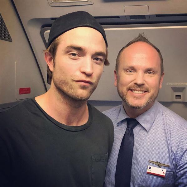 Новое фан-фото Роберта Паттинсона на борту самолета American Airlines - 13.09.2018