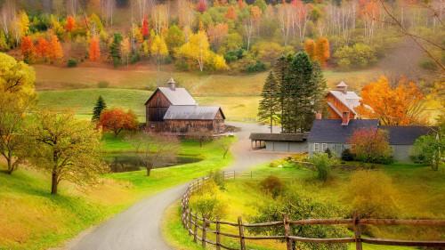 Небольшая деревня осенью