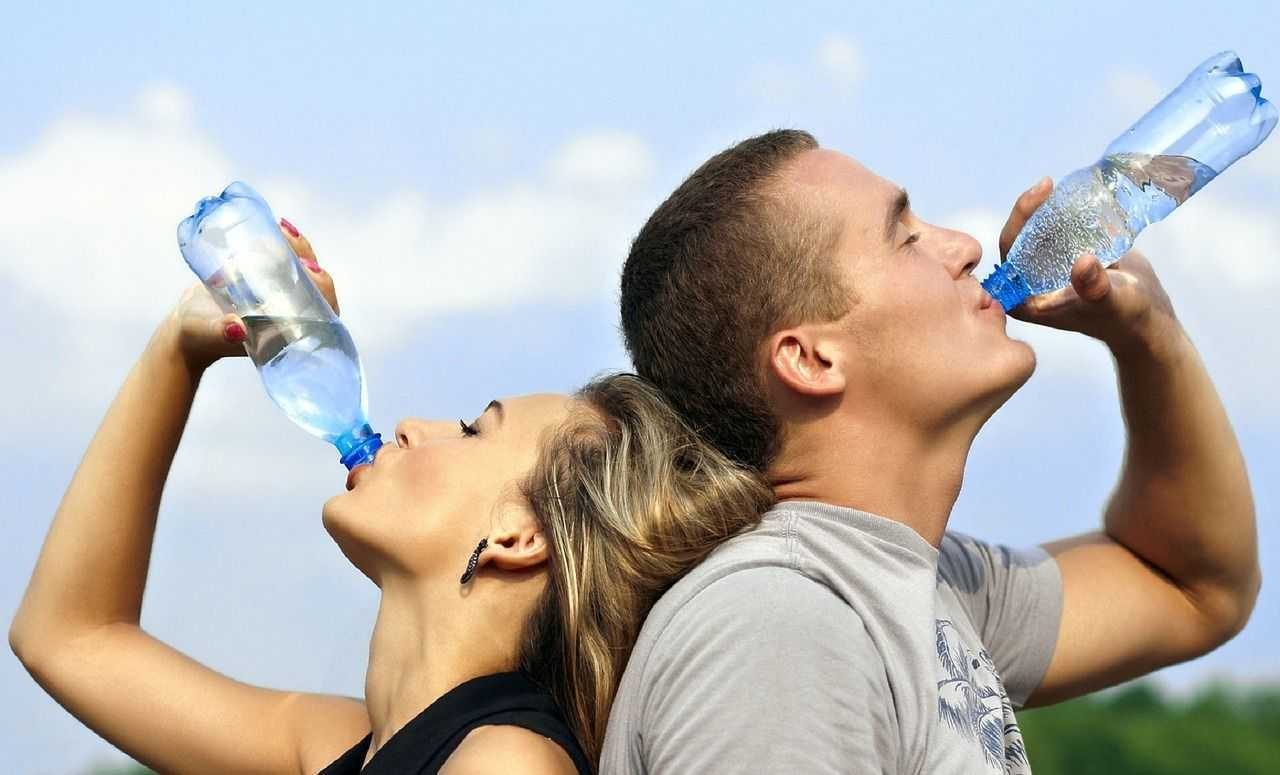 láhev vody pitný režim