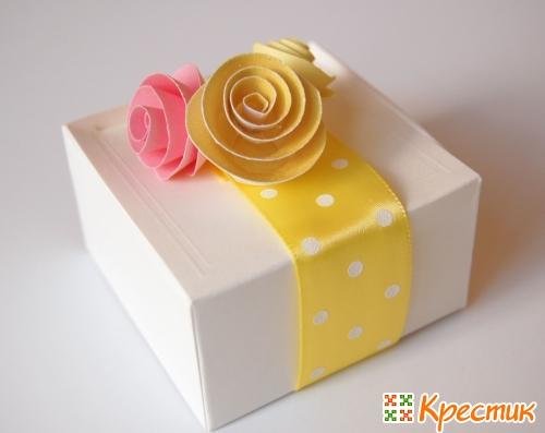 Украшение подарка розами из бумаги