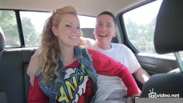 Сосет в авто порно