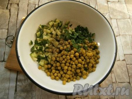 Добавить консервированный горошек, мелко нарезанный свежий укроп (или сушеный укроп) и измельченную петрушку.