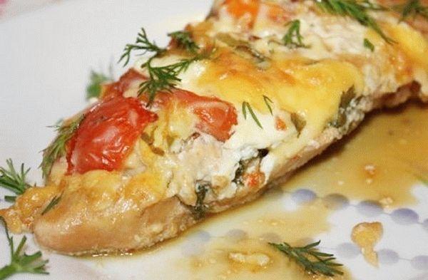 Курица с грибами и помидорами в духовке под сыром