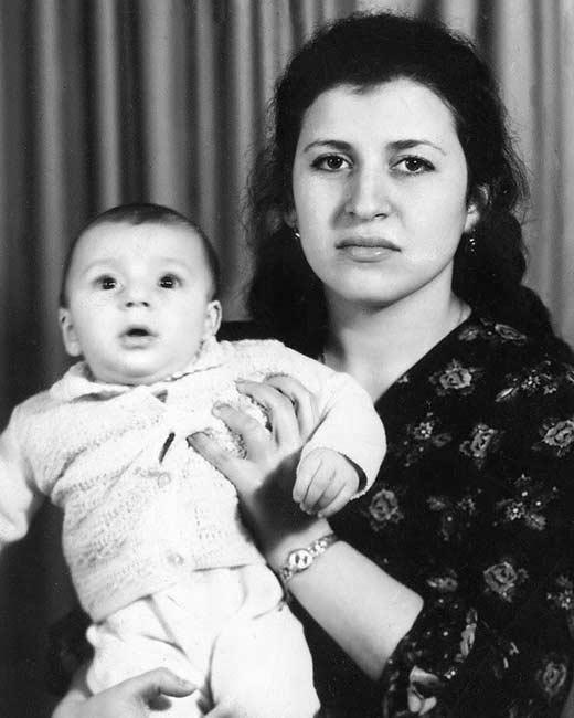 Жасмин в детстве с мамой