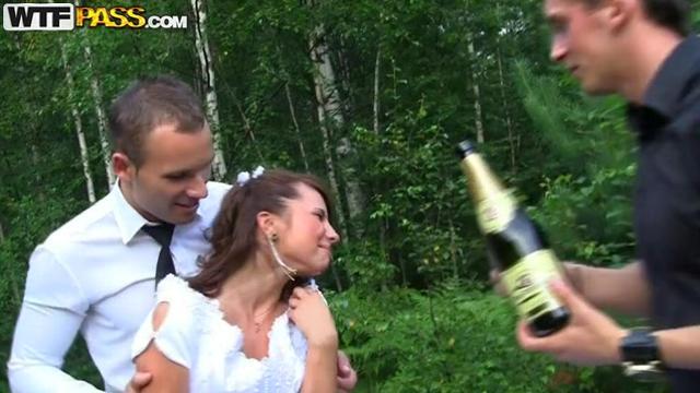 Толпой трахают невест