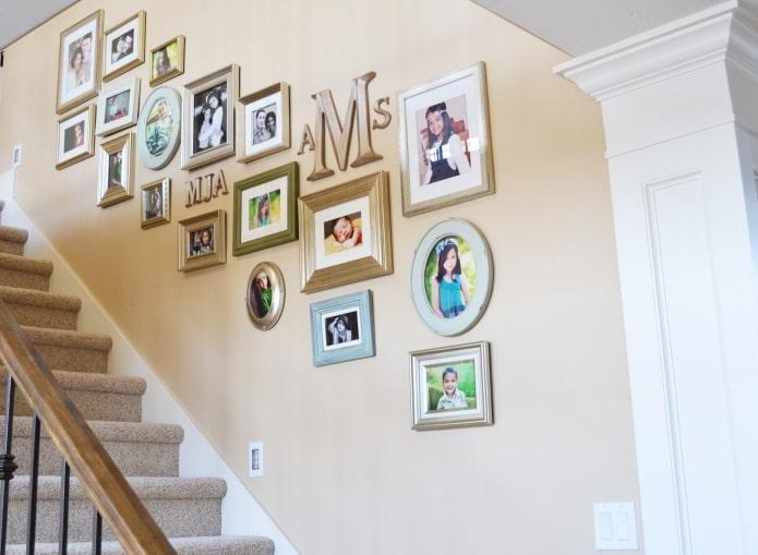 фотографии вдоль лестницы в интерьере