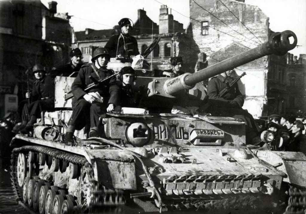 Болгарские солдаты на немецком танке в Софии на параде