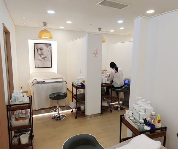 Receiving skin treatment from the hottest K-beauty clinic!