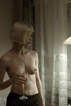 Голая грудь Габриэллы Холл в фильме «В капкане», 1998