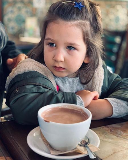 Ургант с дочерьми фото