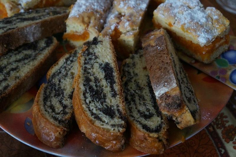 Дрожжевой пирог с начинкой из изюма и мака