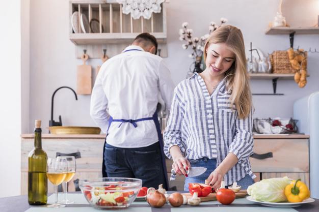 Молодая на кухне