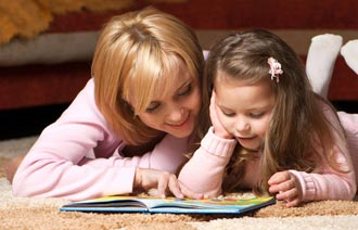 Мама учит ребенка читать