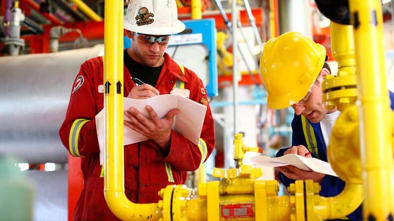 работники нефтегазовой отрасли