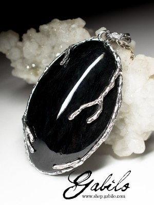 Прикраси з чорного нефриту