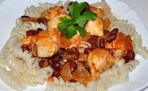 Филе куриное с фасолью в томатном соусе
