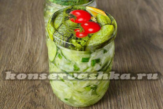Раскладываем в стерильные банки салат