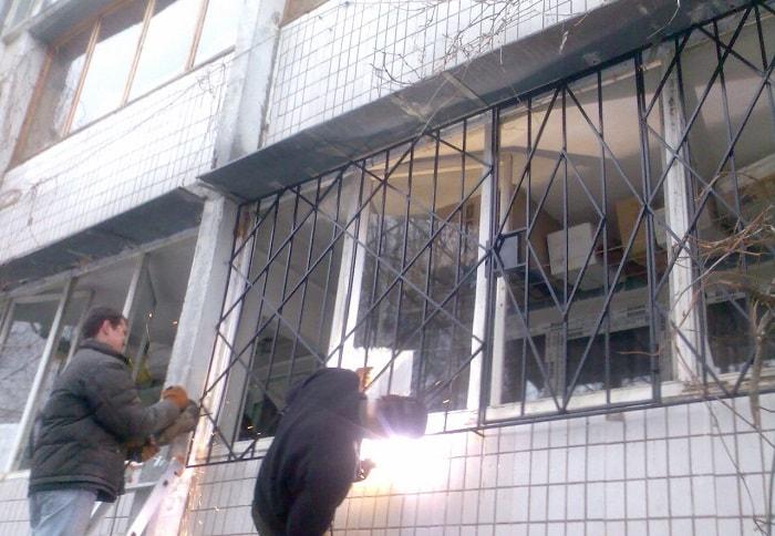 Установка металлических решеток на окна дома