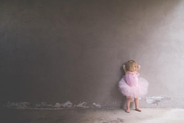 Молодые мамы часто говорят, что сразу после родов они чувствуют облегчение, сильную усталость и хотят выпить чашку чая, а эмоциональная волна накрывает позднее. Молодые отцы, наоборот, удивляются, насколько эмоционально они переживают рождение малыша, даже если обычно не склонны к сантиментам.