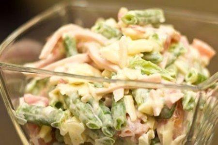 Салат с фасолью стручковой и ветчиной и