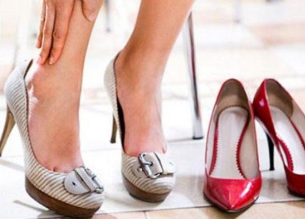 Если возник вопрос о том, как разносить обувь, которая натирает пятку, нужно попробовать размягчить задник