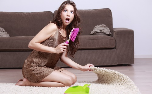 девушка чистит белый ковер от пятен