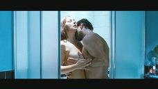 Дженнифер Лоуренс привлекает внимание в бассейне