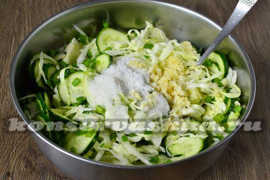 соединить ингредиенты, добавить соль