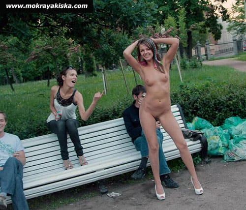 Девки голые на публике