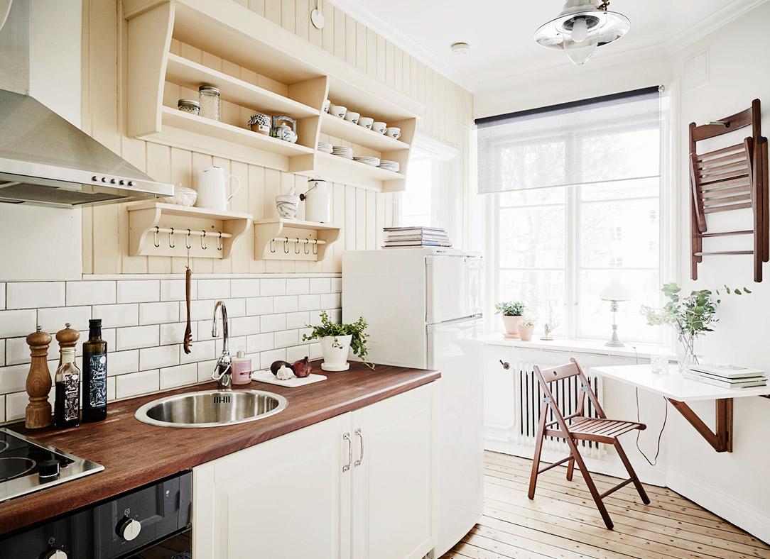 Дизайн маленькой кухни со складным столом
