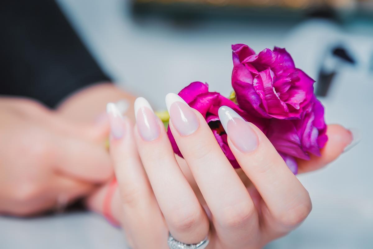 What causes fingernails to have ridges