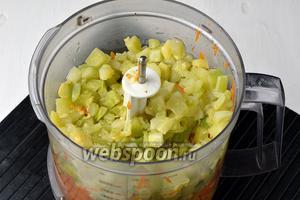 Поместить все подготовленные овощи в блендер.