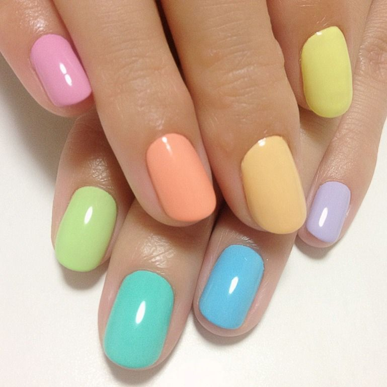 Polishing nails different colors