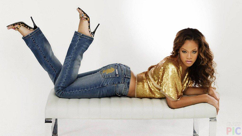Рианна в обтягивающих джинсах
