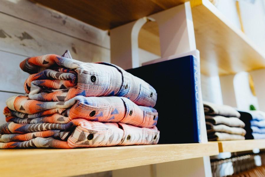 Развеска одежды в магазине