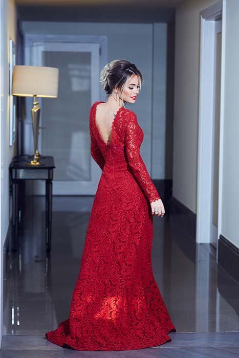 в красном кружевном вечернем платье