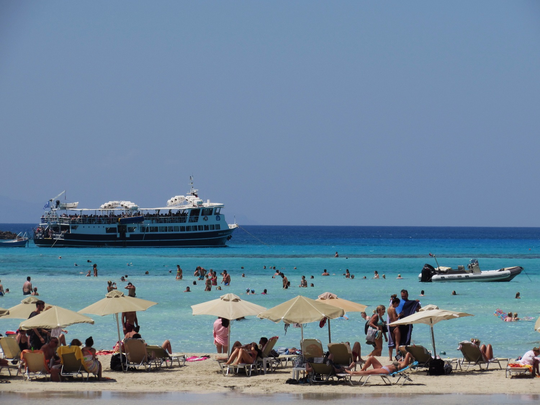 Пляж с черным песком крит
