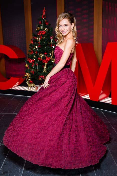 возле новогодней елки в вечернем платье