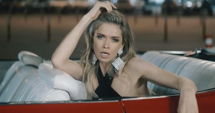 Красивая певица сидит в автомобиле