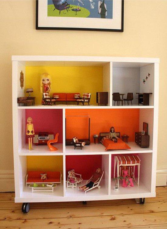 Кукольный домик из книжного стеллажа на колесиках