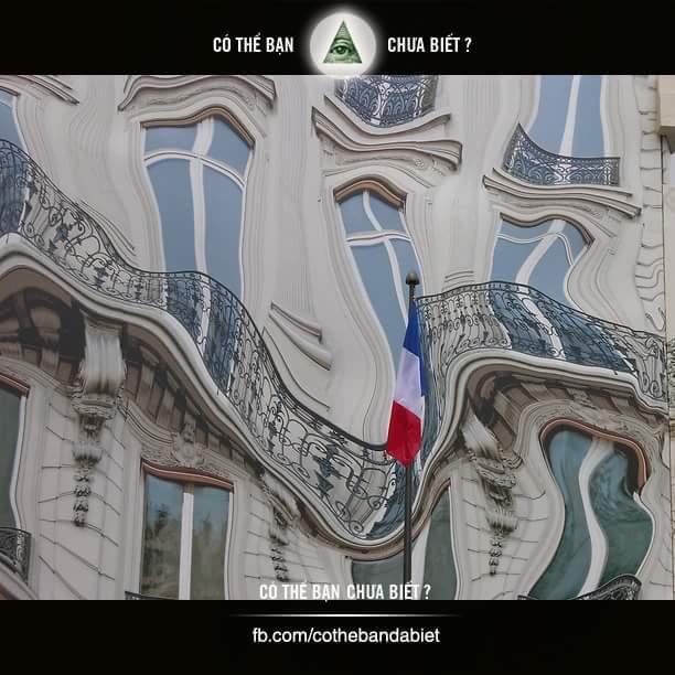 Toà nhà 39 GeogreV ở Paris (Pháp) nhìn trông rất ảo, thoạt nhìn mọi người trông bức hình...