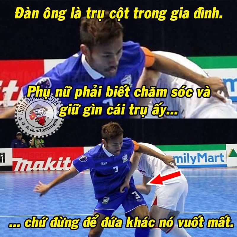 Tình thương mến thương. :v :v Hình ảnh trong trận Thái Lan - Uzbekistan tại giải Futsal châu Á...