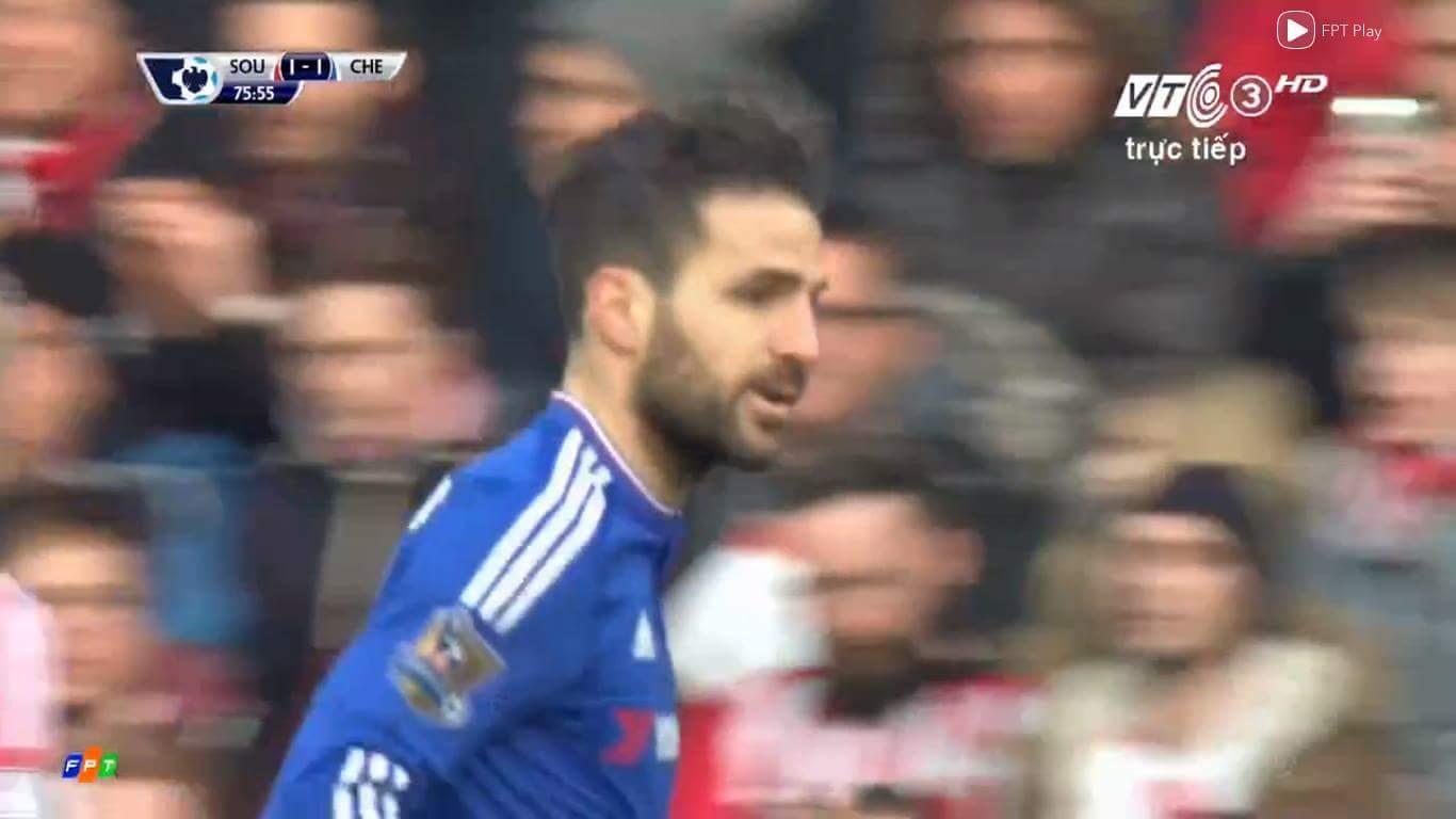 Fabregas vừa gỡ hoà cho Chelsea. :v Có vẻ Hiddink sẽ vẫn bất bại ở Ngoại Hạng Anh sau vòng này....